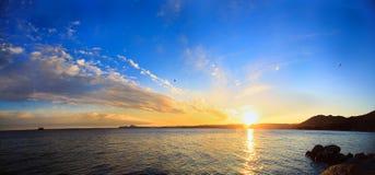 Policier de lac, Toscolano-Maderno, Italie Panoramique sur le coucher du soleil Image libre de droits