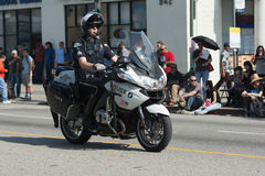 Policier de moto pendant 117th Dragon Parade d'or Photos stock