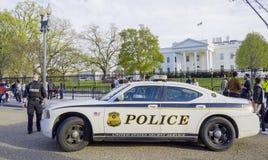 Policier du service secret gardant la Maison Blanche - WASHINGTON DC - COLOMBIE - 7 avril 2017 images stock