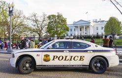 Policier du service secret gardant la Maison Blanche - WASHINGTON DC - COLOMBIE - 7 avril 2017 images libres de droits