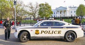 Policier du service secret gardant la Maison Blanche - WASHINGTON DC - COLOMBIE - 7 avril 2017 photo libre de droits