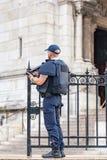 Policier gardant l'église de Sacré-Coeur dans Montmartre image stock