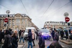 Policier le marché surveilling de Noël en France photos libres de droits