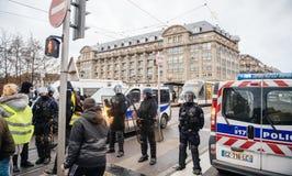 Policier le marché surveilling de Noël en France image stock