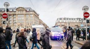 Policier le marché surveilling de Noël en France photo libre de droits