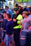 Policier parmi des fans pendant la finale de ligue de champions Image libre de droits