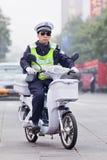 Policier sur un e-vélo blanc, Pékin, Chine Photos stock