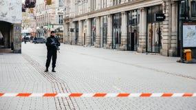 Policier surveilling le meurtre de Strasbourg par zone de terroriste image libre de droits
