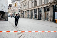 Policier surveilling le meurtre de Strasbourg par zone de terroriste images libres de droits