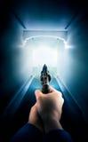 Policier tenant une arme à feu/éclairage dramatique Images stock