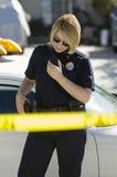 Policier Using Two-Way Radio Photographie stock