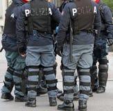 Policiers avec la veste à l'épreuve des balles et le bâton pendant le revo Images libres de droits