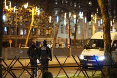 Policiers belges la nuit image stock