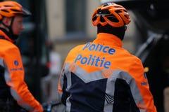 Policiers belges sur des bicyclettes images stock