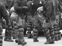 Policiers dans la planification de guerre pendant un contrôle des défenseurs Photographie stock