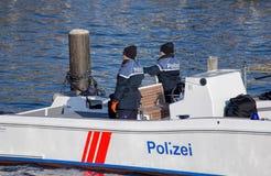 Policiers dans le bateau sur la rivière de Limmat Photos stock