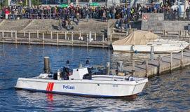 Policiers dans le bateau sur la rivière de Limmat Photographie stock libre de droits