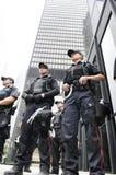 Policiers de Toronto gardant une construction. Images libres de droits