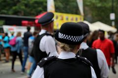 Policiers en service sur une rue de centre de la ville pendant l'événement spécial photo stock