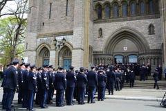 Policiers entrant dans l'église pour un enterrement Photographie stock