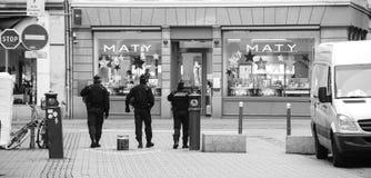 Policiers fixant Strasbourg après attaque terroriste photo stock