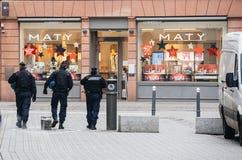 Policiers fixant Strasbourg après attaque terroriste image stock