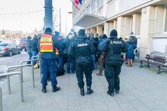Policiers polonais derrière la conférence de presse après la mort de Pawel Adamowicz images stock