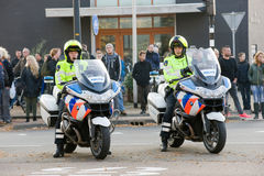 Policiers sur des motos image stock