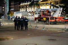 Policiers sur l'arbre de Noël central proche Image libre de droits