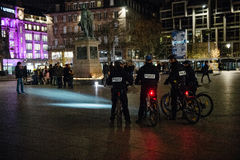 Policiers sur le vélo regardant des personnes et des bougies Photos libres de droits