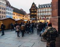 Policiers surveilling l'endroit de la Cathedrale photos stock