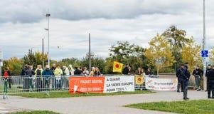 Policiers surveilling la protestation pendant la visite de président Photo libre de droits