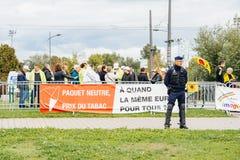 Policiers surveilling la protestation pendant la visite de président Photographie stock libre de droits