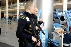 POLICJ teraźniejszość PRZY KOPENHAGA INT AIRPOT Obrazy Stock