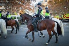 Policja do ochrony porządku publicznego na ostrzeżeniu fotografia royalty free