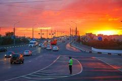 Policja drogowa oficer reguluje ruch drogowego na ruchliwie drodze obraz stock