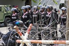 Policja i żyletka depeszujemy ochraniać przeciw demonstrantom w Bangkok zdjęcia royalty free
