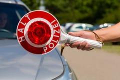 Policja - policjanta lub policjanta przerwy samochód Fotografia Royalty Free