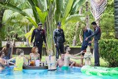 Policja przychodził sprawdzać rozkaz intymna willa zanim księżyc w pełni przyjęcie Wyspy Koh Phangan, Tajlandia Obrazy Stock