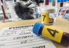 Policja rejestry wraz z niektóre sądowymi morderstwo testami w criminalistico laboratorium zdjęcie stock