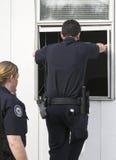 policja rozpatrująca włamanie Obraz Stock