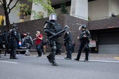 Policja w ciężkim umundurowaniu bojowym z batutami w Portland, Oregon zdjęcie royalty free