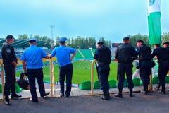 Policjanci stoi strażnika nad rozkazem w stadium podczas futbolowego dopasowania Zdjęcie Royalty Free