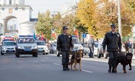 Policjanci z psami w karnawałowym korowodzie Fotografia Stock
