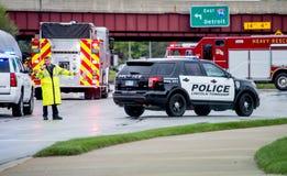 Policjant kieruje ruch drogowego po wypadku zdjęcie stock