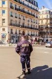 Policjant kieruje transport przy rozdrożami Paryż Zdjęcie Royalty Free