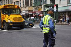 Policjant Nowy Jork kieruje ruch drogowego przy rozdrożem Obraz Royalty Free