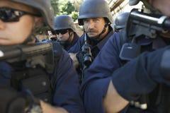 Policjant pozycja Przyznaje Coworkers Celuje pistolety zdjęcie stock