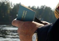 Policjant trzyma statku ` s małego statek biletowy w jego rękach Obrazy Royalty Free