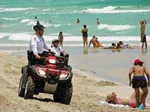 Policjant w jechać na rowerze plaże Miami patrol obraz royalty free